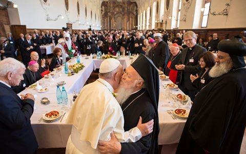 Ο Οικουμενικός Πατριάρχης Βαρθολομαίος και ο Πάπας Φραγκίσκος στο Μπάρι της Ιταλίας