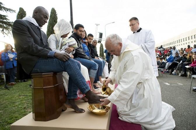 Ο Πάπας που αναγνωρίζει το Big Bang, σέβεται τους ομοφυλόφιλους και έχει δουλέψει με κομουνιστές. Ο πάπας Φραγκίσκος, που φοράει ένα ρολόι αξίας 9 ευρώ και ζει λιτά…