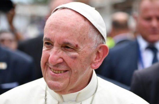 Ο πάπας Φραγκίσκος δέχεται Vespa 50cc από φαν κλάμπ Βέσπας