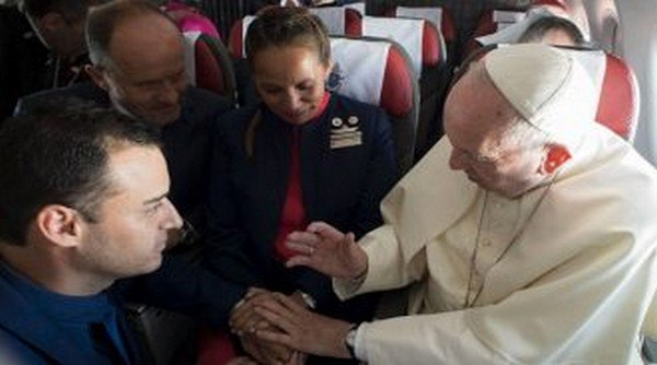 O Πάπας Φραγκίσκος πάντρεψε ζευγάρι στο παπικό αεροσκάφος εν ώρα πτήσης