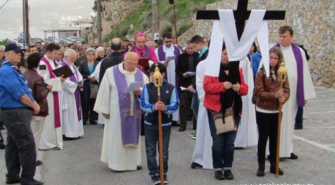 Άνω Σύρος- Στιγμές από τον Πανσυριανό Δρόμο Του Σταυρού – Αρχιερ. Θεία Λειτουργία.