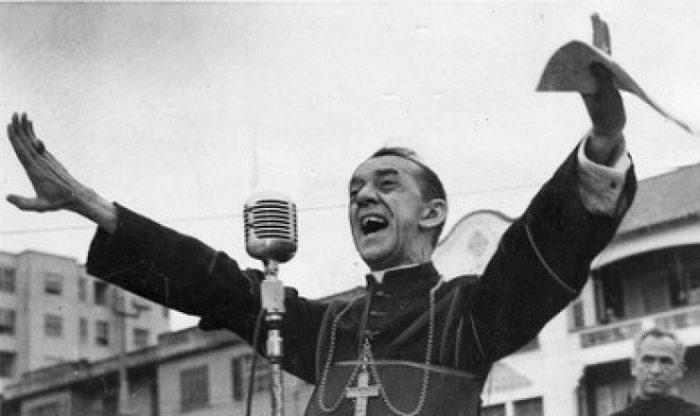 «Όταν δίνω τροφή στους φτωχούς, με λένε Άγιο. Όταν ρωτάω γιατί είναι φτωχοί, με λένε κομμουνιστή». Χέλντερ Καμάρα, ο αρχιεπίσκοπος με το τριμμένο ράσο που έγινε η φωνή των καταπιεσμένων και αγνόησε το Βατικανό.