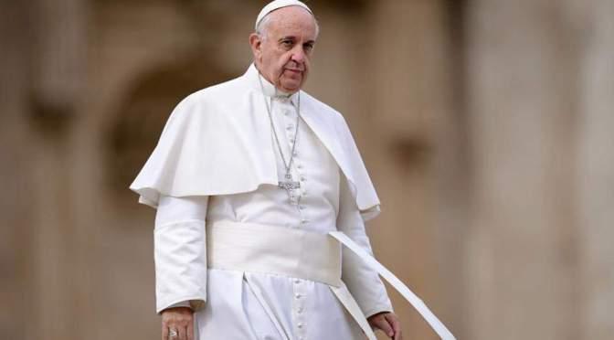 Ένα αγόρι διακόπτει τον πάπα για να αγγίξει το χέρι του Ελβετού φρουρού